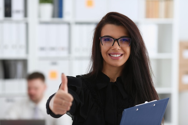 女性の腕は会議中にokまたは確認を示します Premium写真