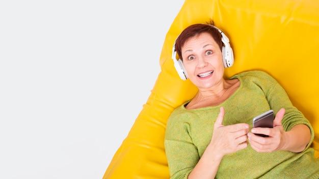 コピースペースの女性を置いたショーokサイン 無料写真
