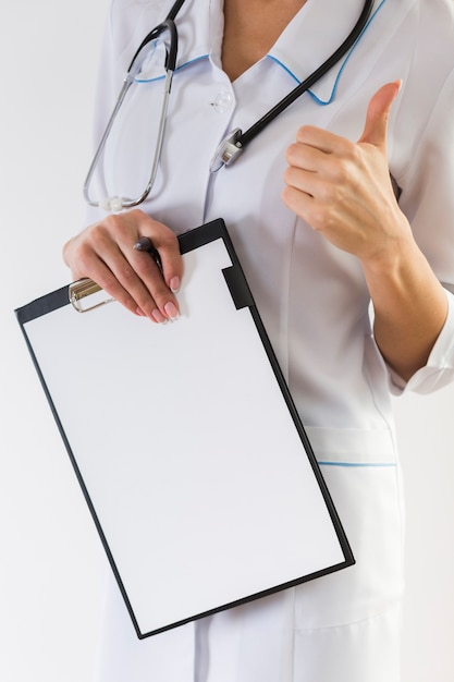 女性医師の手を示すokサイン 無料写真