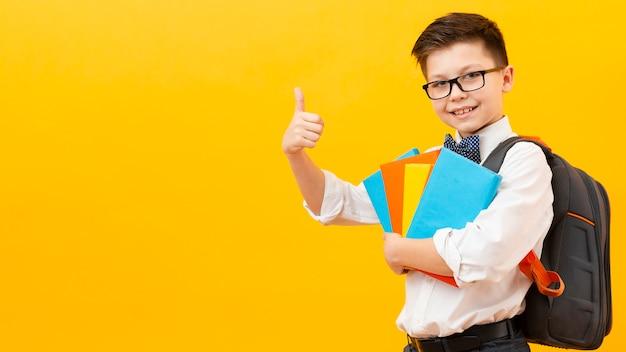 コピースペース少年okサインを示す本 無料写真