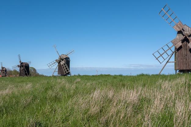 Старые деревянные ветрянки на острове oland, швеции. Premium Фотографии