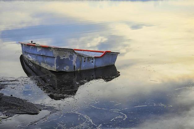 Vecchia barca abbandonata sul lago Foto Gratuite