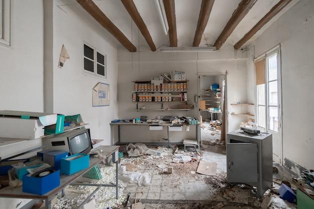 Old abandoned electronic workshop Premium Photo
