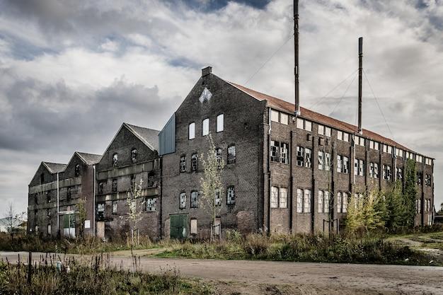 Старое заброшенное каменное здание с разбитыми окнами Бесплатные Фотографии