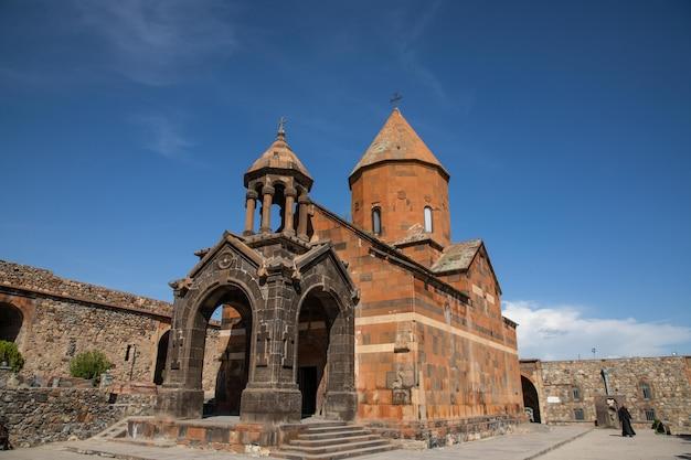 Старая армянская христианская церковь из камня в армянской деревне Бесплатные Фотографии