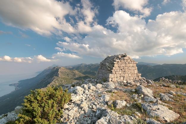 クロアチアのディナルアルプス山脈の頂上にある古い建物 Premium写真
