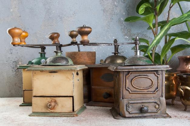 Старые кофемолки на конкретной предпосылке. Premium Фотографии