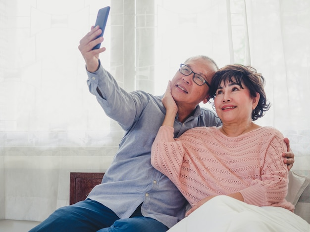 Old couples are taking pictures together Premium Photo