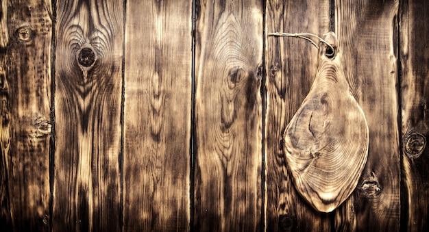 텍스트에 대 한 빈 공간을 가진 오래 된 커팅 보드입니다. 나무 배경. 프리미엄 사진