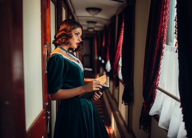 Старомодная женщина путешествует, ретро поезд | Премиум Фото