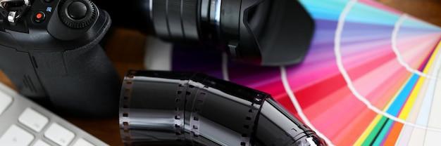 Старая пленочная лента лежит на разноцветный веер с серебряной клавиатурой Premium Фотографии