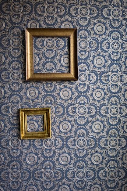 Старый каркас из гипса, на синих обоях Premium Фотографии