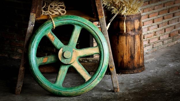 Old green wooden wheel Premium Photo