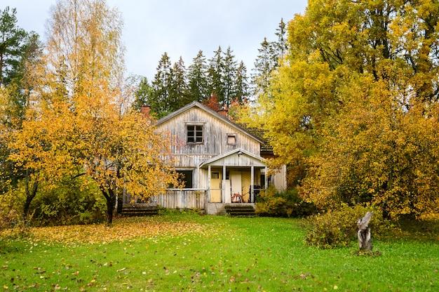 秋の素敵な庭のある古い家。フィンランド、ヘルシンキ郊外。 Premium写真