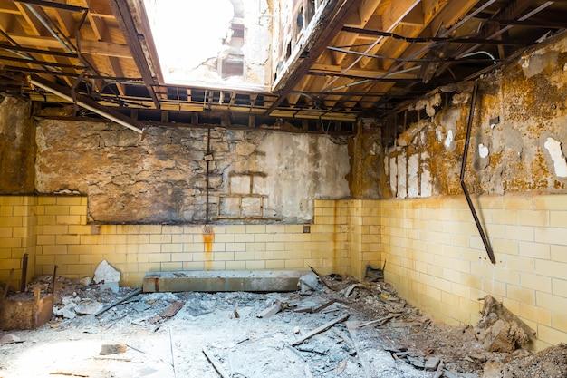 Старый интерьер тюрьмы с кирпичными стенами. Premium Фотографии