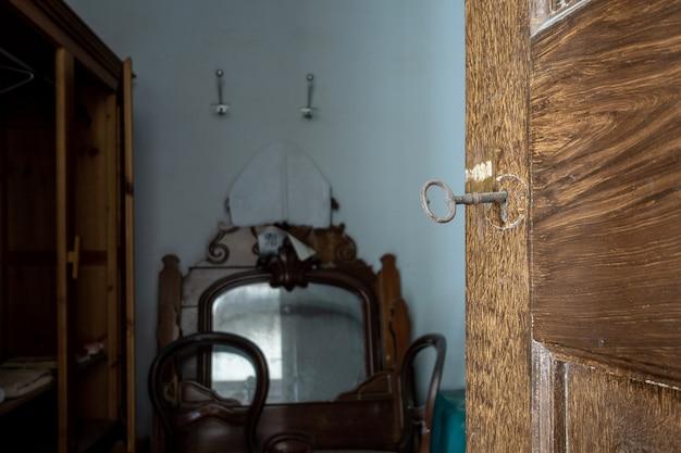 Старый ключ вставлен в замок Premium Фотографии