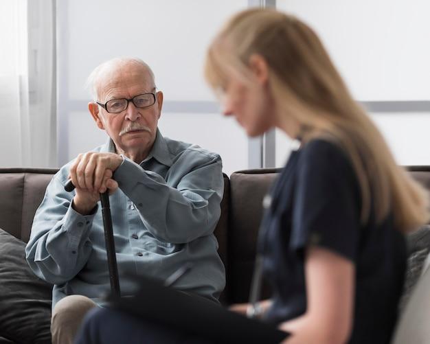 간호사가 상담을 받고 노인 무료 사진