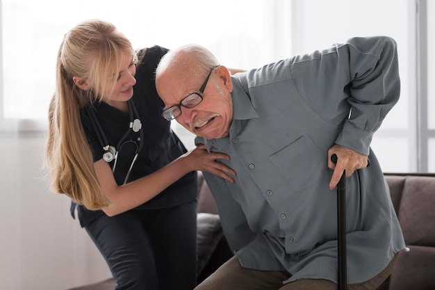 고통에 빠진 노인 간호사의 도움 무료 사진
