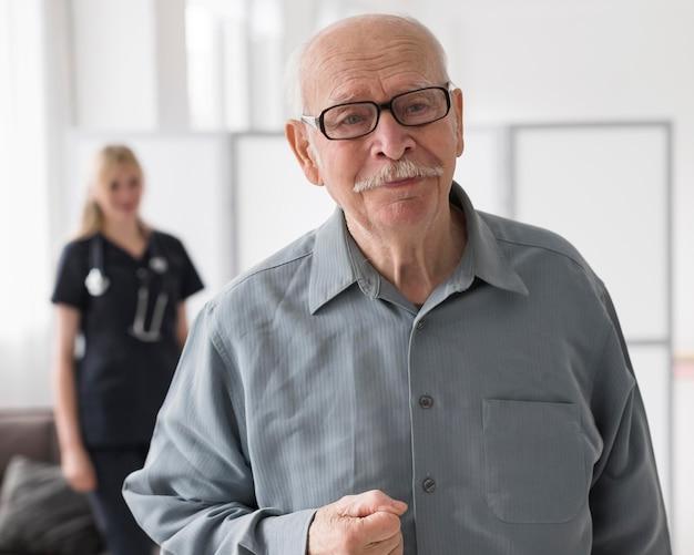 Vecchio in una casa di cura Foto Gratuite