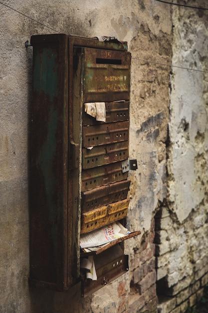 Старый металлический почтовый ящик на текстурированной стене Premium Фотографии