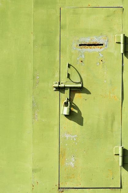 キーパッド付きの古い金属製のドア Premium写真