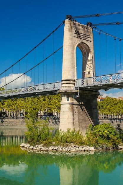 フランス、リヨンのローヌ川に架かる古いpasserelle ducollege橋。夏の日 Premium写真