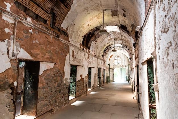 Коридор старой тюрьмы с открытыми камерами. Premium Фотографии
