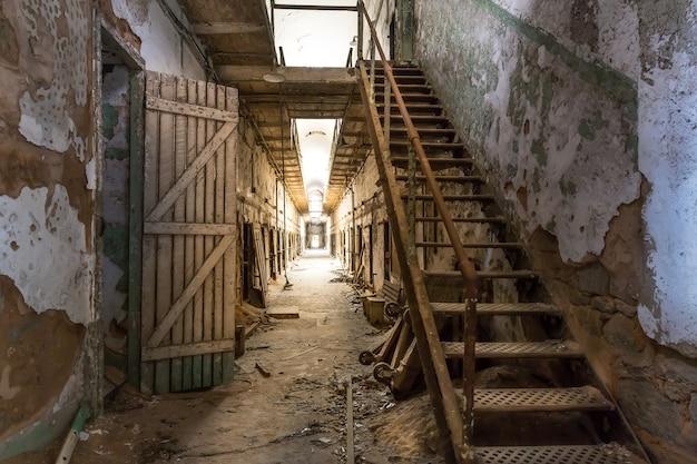 Коридор старой тюрьмы Premium Фотографии