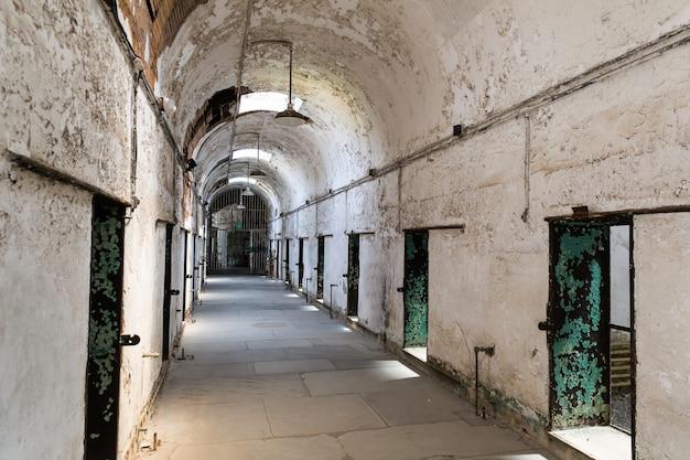 Старый интерьер тюрьмы с кирпичными стенами Premium Фотографии