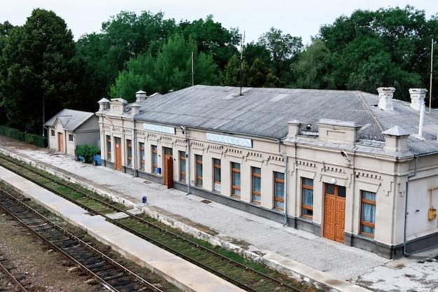 Vecchia stazione ferroviaria con le ferrovie di fronte Foto Gratuite