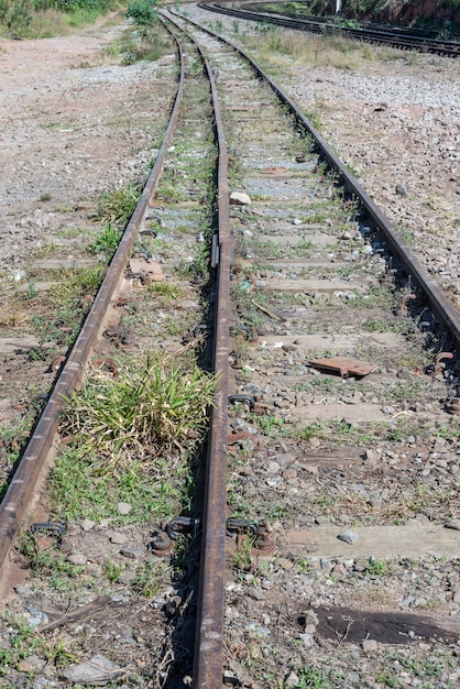 Старые ржавые железные дороги крупным планом Premium Фотографии
