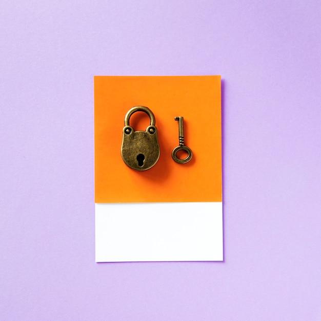 Old school style key and padlock Premium Photo