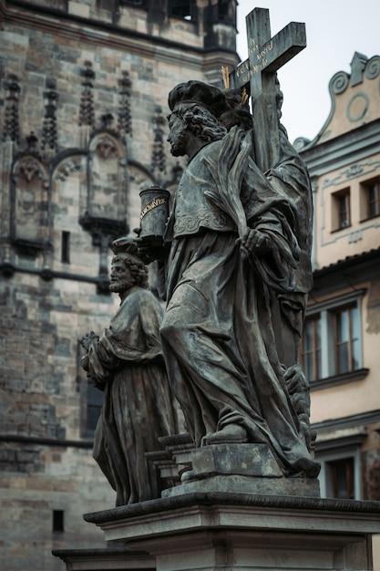 Старые скульптуры в старом городе праги, чешская республика Premium Фотографии