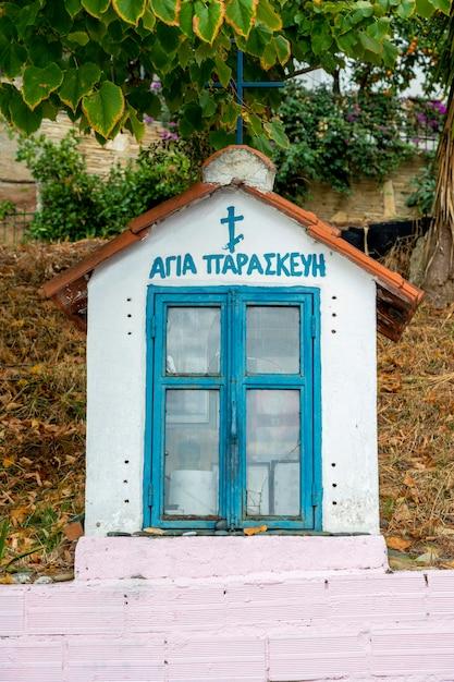 Un antico santuario sulla strada in pietra con icone all'interno di skala fourkas, grecia Foto Gratuite