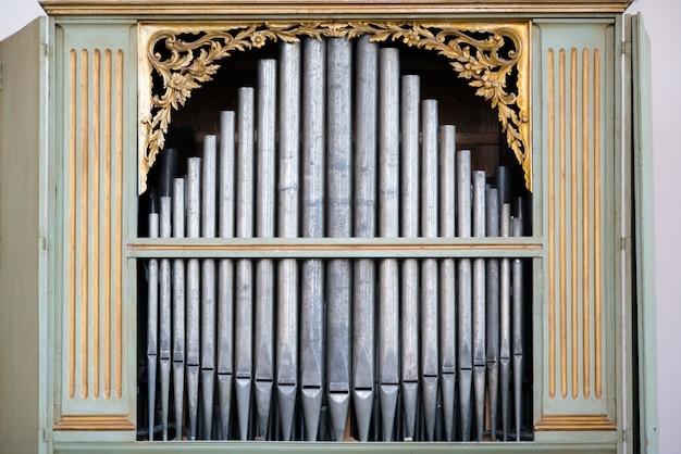 성스러운 음악을 연주하는 데 사용되는 교회의 오래된 은색 오르간 파이프. 프리미엄 사진