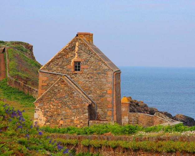 海景の背景に古い石造りの家 無料写真