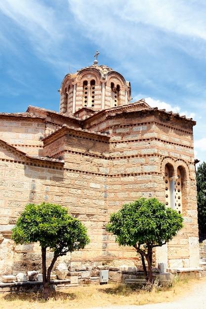 Vecchio tempio nella città di atene in estate Foto Gratuite
