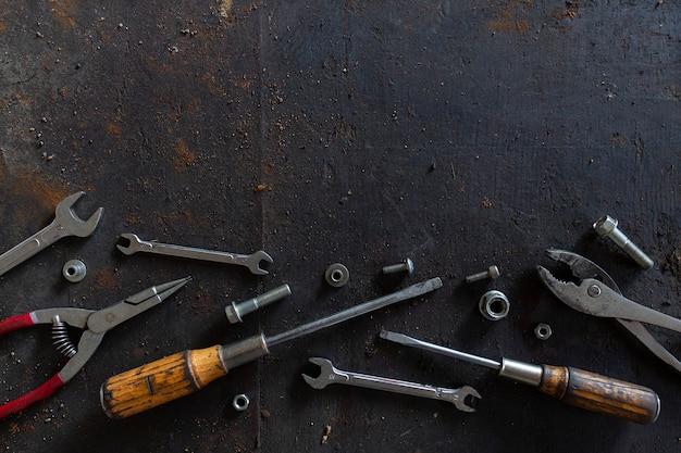 Старые инструменты на фоне черного деревянного пола Premium Фотографии