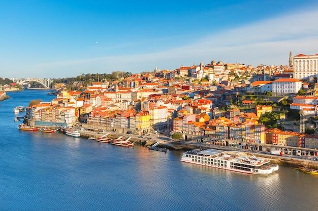 Старый городок и река дору в порту, португалии. Premium Фотографии