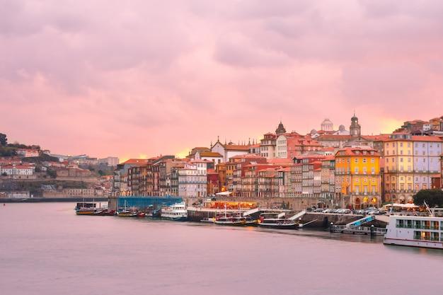 Старый городок порту на заходе солнца, португалии. Premium Фотографии