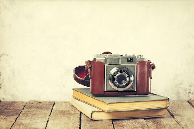 나무 배경에 오래 된 책에 오래 된 빈티지 카메라. 오래 된 빈티지 홀리데이 개념. 무료 사진