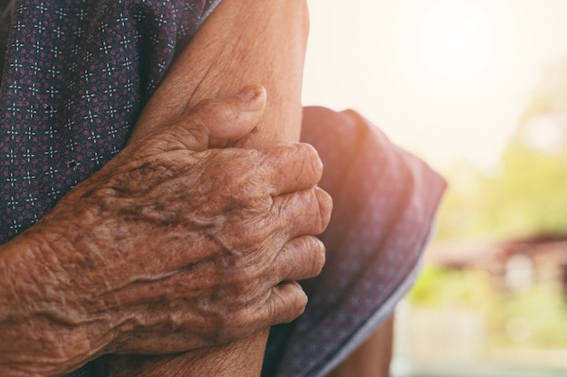 Old woman muscle pain. Free Photo