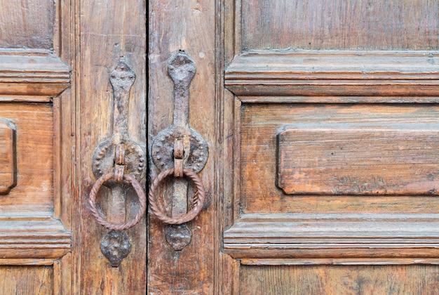오래 된 목조 갈색 집 문 무료 사진