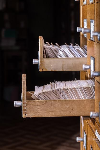 アーカイブライブラリの古い木製カードカタログ Premium写真