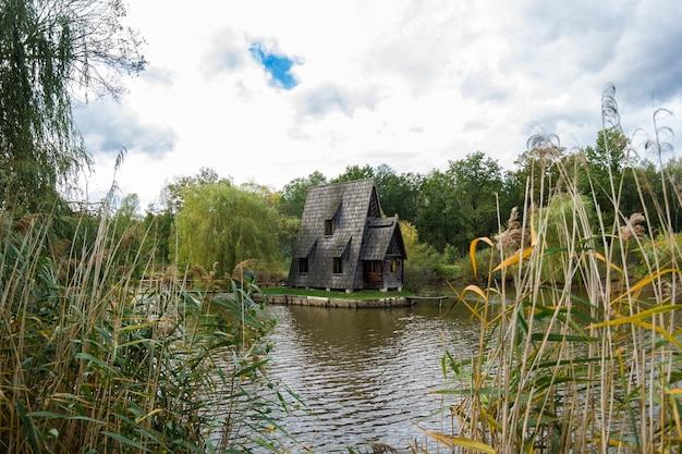 Старый деревянный дом рыбака и деревянный пирс осенью. Premium Фотографии