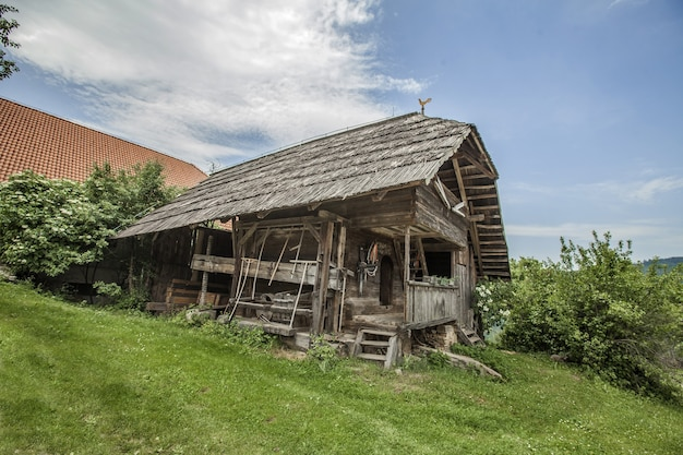 낮 동안 Jamnica, 슬로베니아에있는 오래된 목조 박물관 집 무료 사진