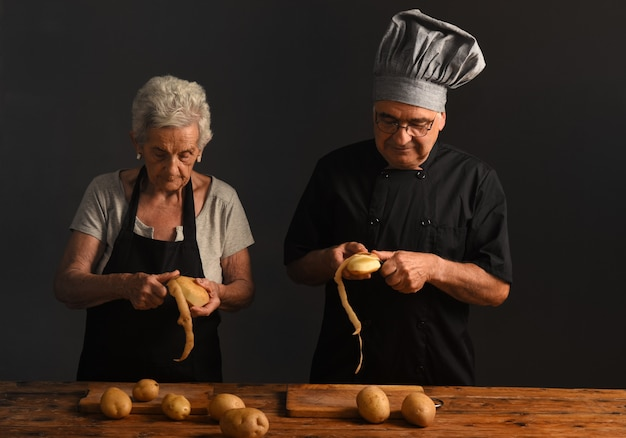 Older couple cooks Premium Photo