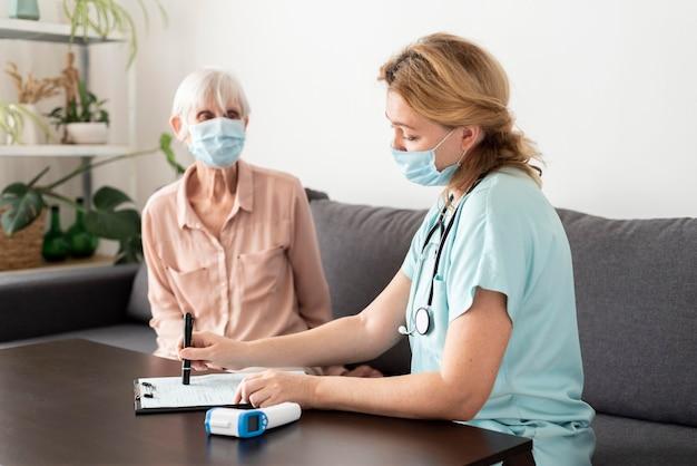노인 여성 간호사와 그녀의 검진을 받고 무료 사진