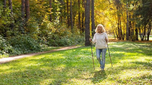 Donna anziana nel trekking nella natura Foto Gratuite