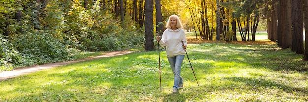 Donna anziana che trekking fuori nella natura Foto Gratuite